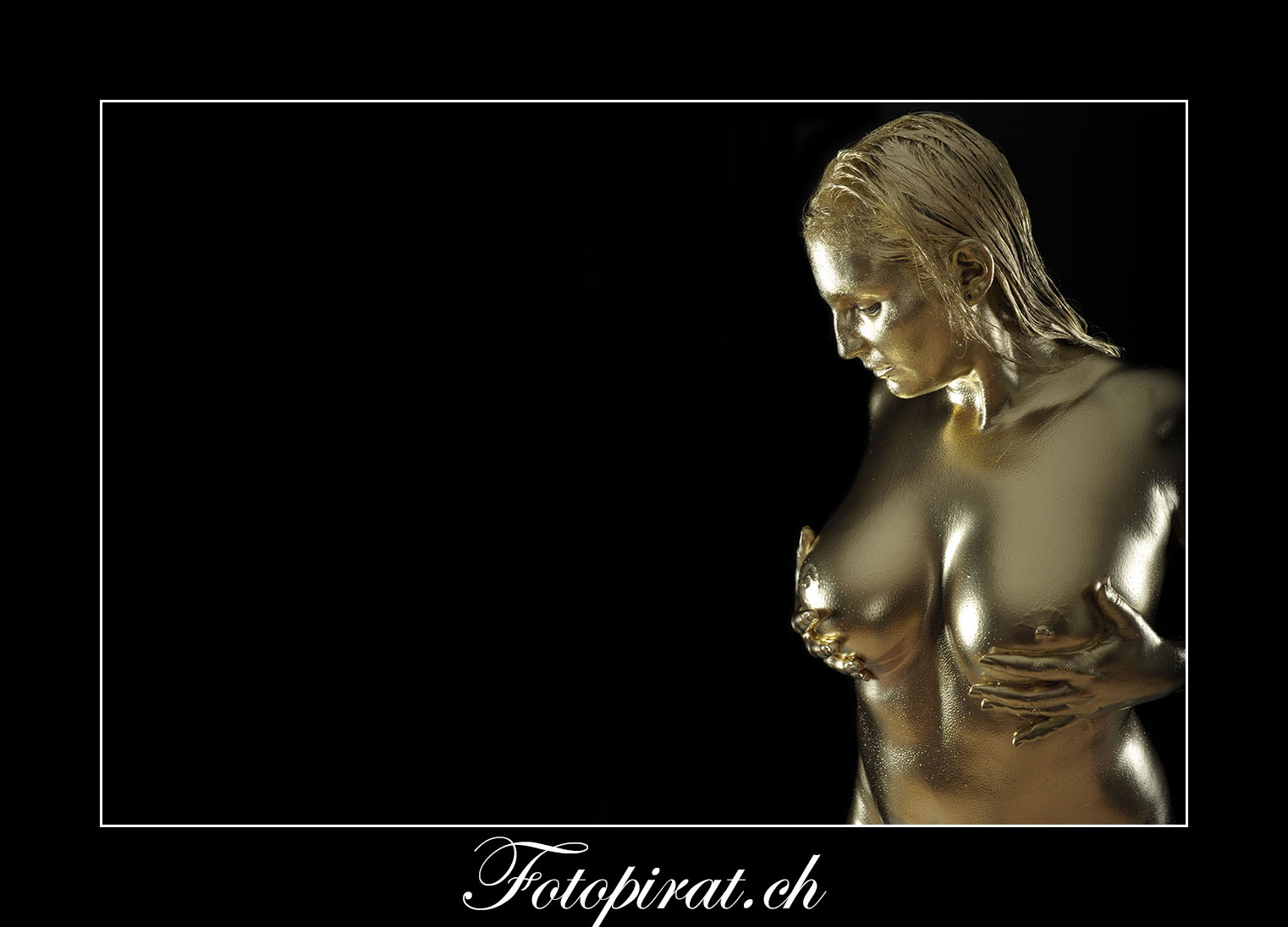 Goldshooting; Goldfinger; James Bond; Fotoshooting Zürich; Nude; Akt; Erotik; Goldfarbe; Grosse Brüste; Bodypainting; Bodypaint; Gold; Tfp Shooting; Gratis Fotoshooting