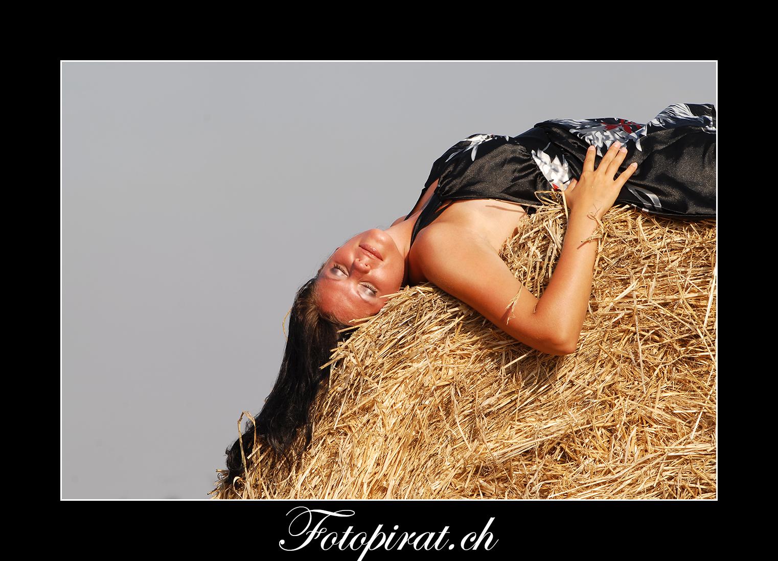 Fotoshooting, outdoor, Modelagentur, sexy Model, Fitnessmodel, Ballkleid, braunes Fotomodel
