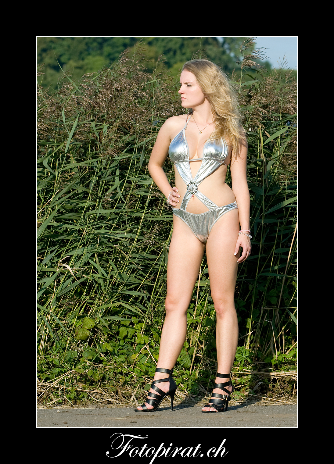 Fotoshooting, On Location, blondes Fotomodel, Modelagentur, Sportmodel, Monokini, High Heels