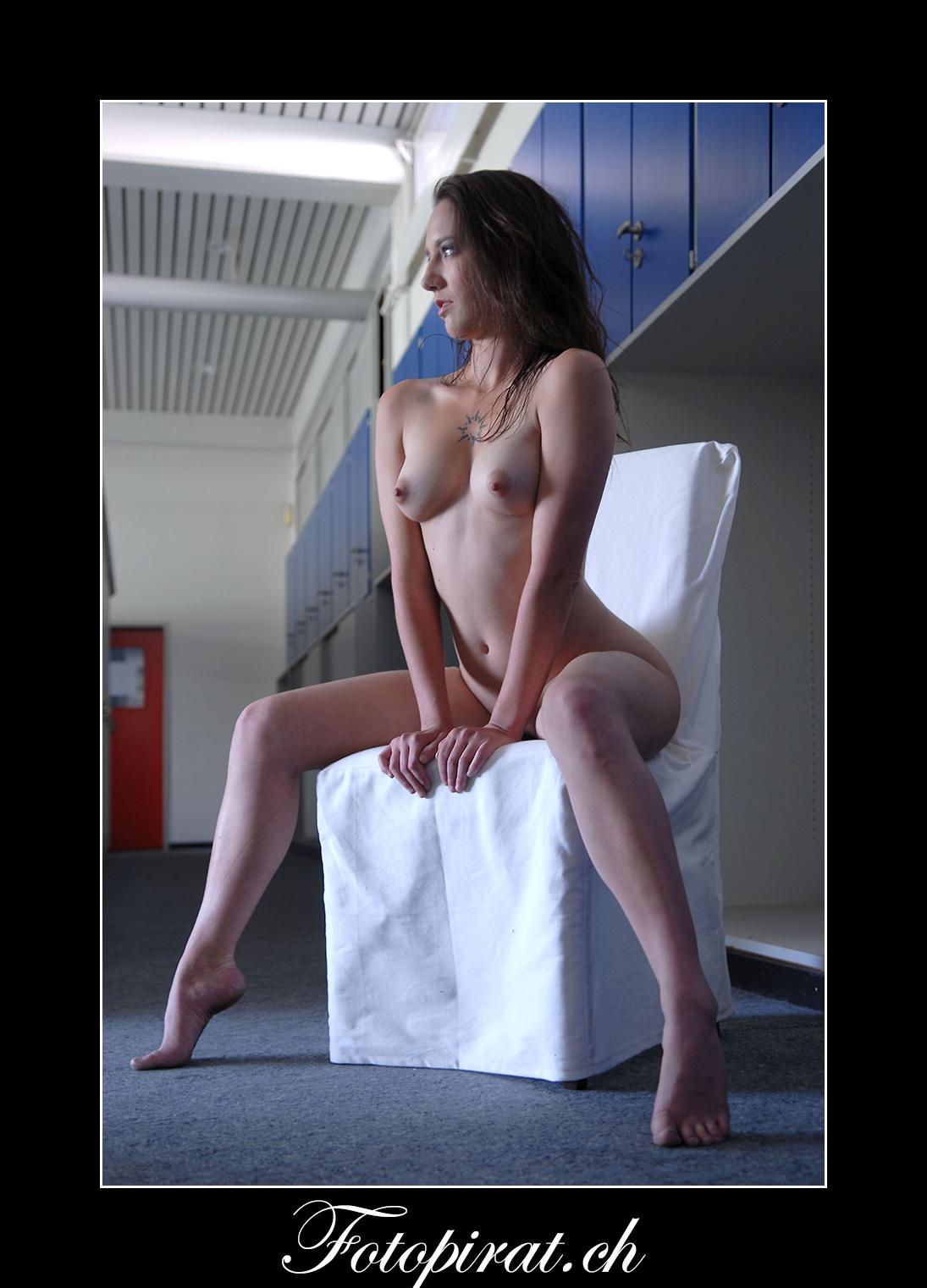 Fotoshooting, Fotostudio, Akt, Nackt, Nudeart, Nude, Modelagentur, Fotomodel, erotik, weisser Stuhl