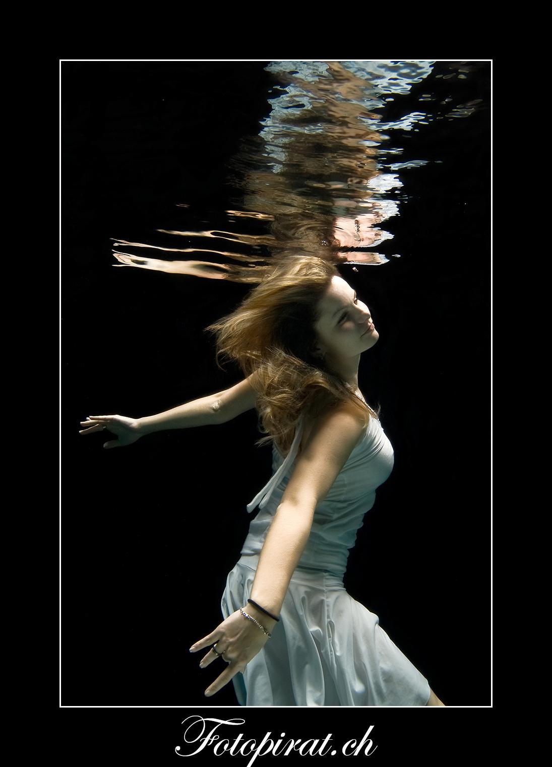 Unterwasser Fotoshooting, underwater Photoshooting, Teilakt, Nude, Fotoshooting Zürich, Pia Burren